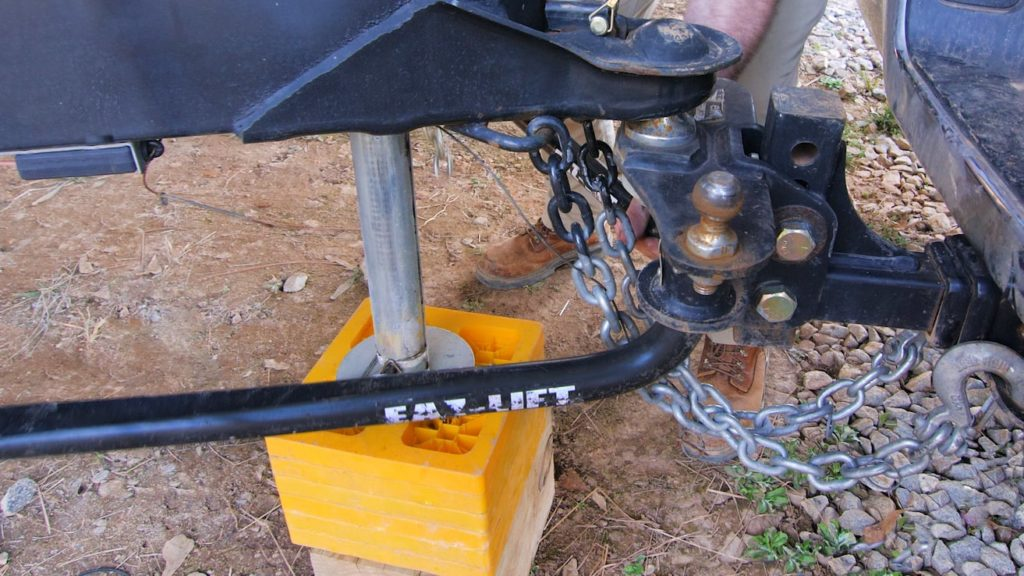 Sway bars and stabilizers connected to tow vehicle